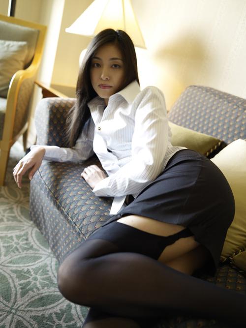 青山倫子の美脚ガーターベルトセクシー画像